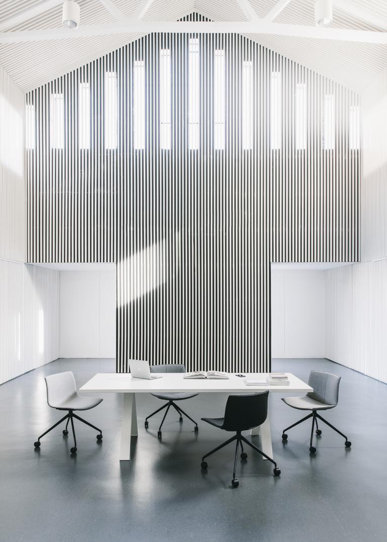 Arper_Cross_table_CentreCulturalFerreries_ph-SalvaLopez_standard-top_V22+A01_240x100cm_5005