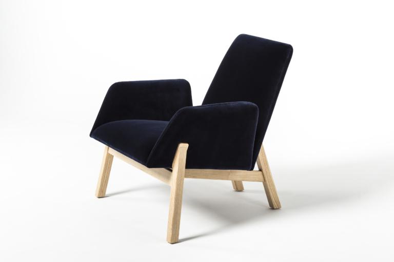 Manta_club_armchair_wooden_legs_packshot_0